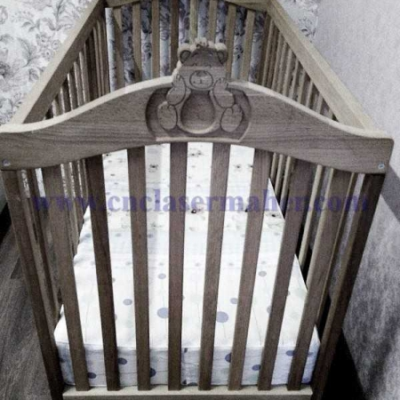 سرویس تخت خواب نوزاد طرح سی ان سی رایگان 1139 از نمای روبرو